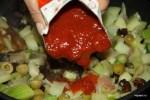 Вливаем в капонату томатное пюре