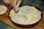 Выкладываем слоями начинку  тесто