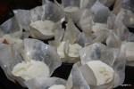 Раскладываем смесь по формочкам для маффинов