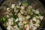 Добавляем к дайкону чеснок, имбирь и зеленый лук