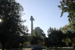 Лев попирает поверженного орла: аллегория освобождения Португалии от войск Наполеона. 45-метровая колонна в парке Порту