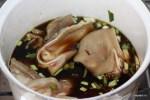 Свиные уши варим 1 час в карамельно-соевом бульоне