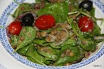 Салат из чечевицы со шпинатом и маслинами
