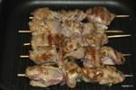Обжариваем шашлычки из куриной печени