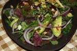 Зеленый салат из авокадо с миндалем