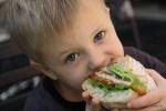 Даня оценил размер южноафриканских сэндвичей