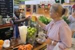 Дегустация на рынке начинается со свежего сока