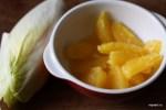 Вырезаем из апельсинов дольки без мемран, цикорий разбираем на листья