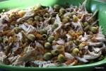 На слой мяса выкладываем слой курицы, оливок, изюма и яиц