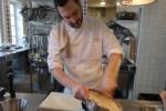 Фарш для кнелей из судака долго взбивают на льду с солью