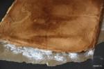 Готовый корж переворачиваем на бумагу с сахарной пудрой