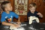 Внуки лепят основу для пиццы