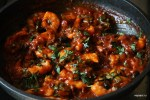 Креветки смешиваем с томатным соусом