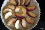 Выкладываем персики в подготовленную форму