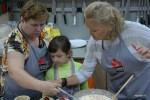 С Мариной и ее мамой делаем начинку для киша