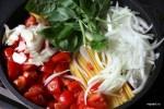 Складываем пасту и овощи в большую сковороду