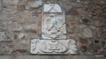 Средневековый родовой герб на стене дворца в Касересе