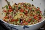 Салат из птитима с огурцом помидоромЮ жареным красным перцем и жареным луком