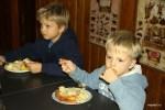 Мои внуки прохладно относятся к манной каше, но с удовольствием едят суфле из манки с яблоками
