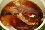 Варим курицу в смеси воды и соевого соуса с пряностями