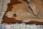 Распределяем крем по поверхности коржа