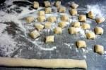Нарезаем из картофельной массы бочонки