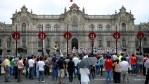 Публика собирается на церемонию смены почетного караула у президентского дворца в Лиме