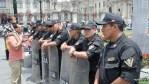 Во ремя церемонии смены караула центральная площадь Лимы забита полицией
