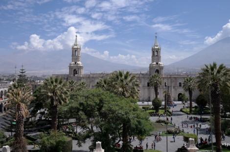 Кафедральный собор Арекипы на фоне вулканов