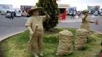 В аэропорту Арекипы встречают аллегорические фигуры фермеров