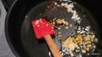 Обжариваем чеснок и пасту из перца