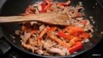 Добавляем на сковороду курицу и красный перец