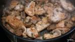 В сковороду с грибами добавляем кусочки курицы