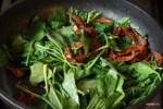 Смешиваем шпинат с вялеными помидорами