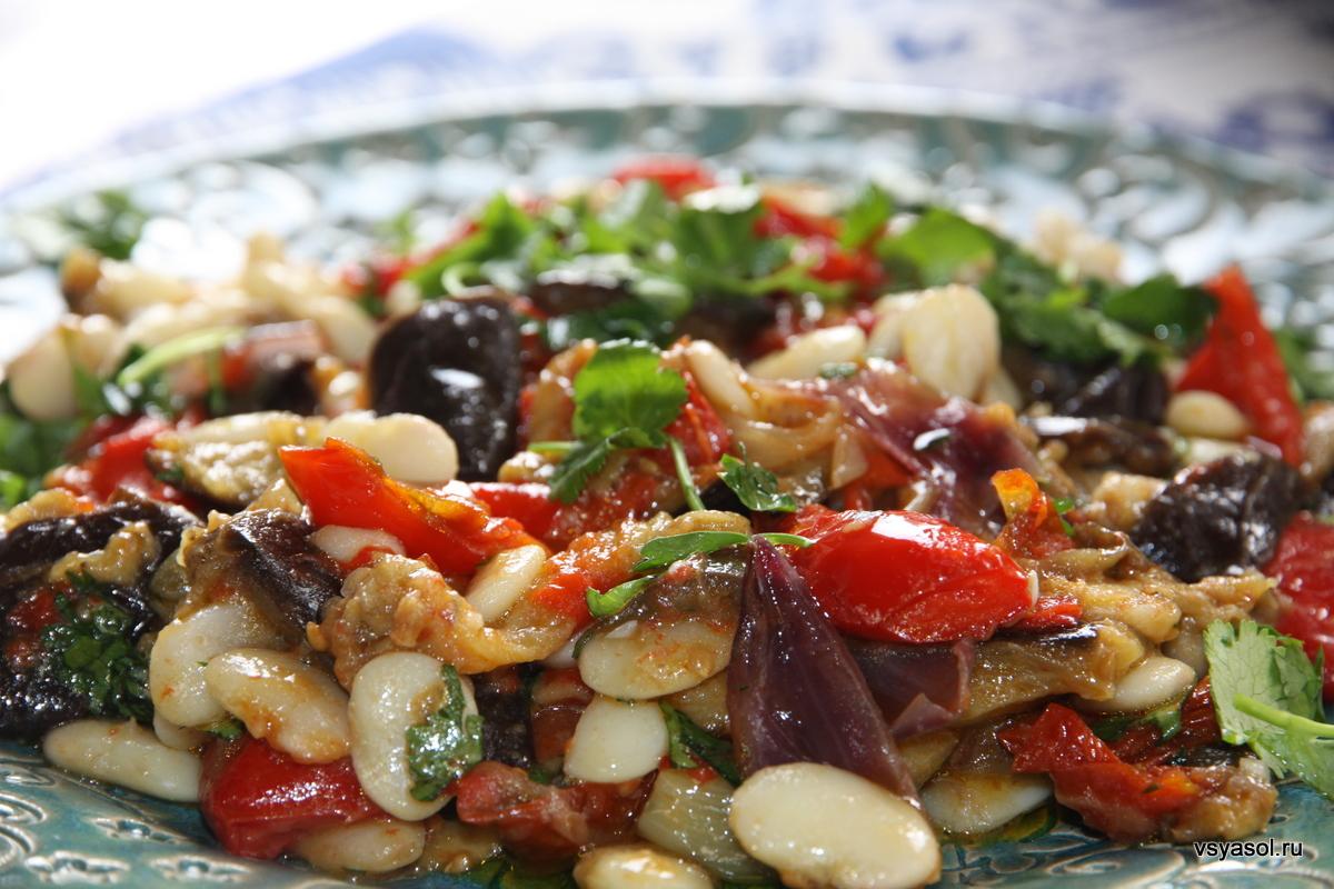 Салат из белой фасоли лима с запеченными овощами