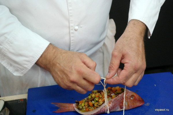 Рыбу схватывают кулинарным шпагатом
