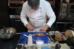 Последние приготовления перед тем, как отправить рыбу в духовку