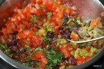 Добавляем в овощи свежий помидор и маслины