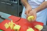 Так нафаршировывают кусочки ананаса ванильной палочкой