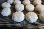 Панируем вареные кнедли в хлебной крошке