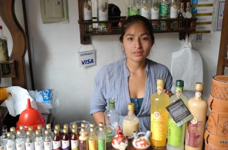 Лавка писко на сувенирном рынке в Лиме