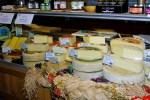 Сыры в магазине при сыроварне в Делебио