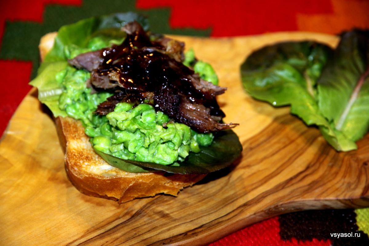 Сандвич с бараниной, мятым горошком и васаби