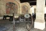 Старинные пушки при входе в ресторан Les Armures, Женева
