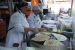 Турецкие лепешки пекут на рынке Пленмале, Женева