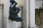 Один из многочисленных питьевых фонтанчиков Женевы