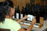 Этикетки на бутылки Nostos наклеивают вручную