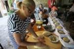 Готовлю крестьянский хлеб на мастер-классе на ферме Энагрон. Крит