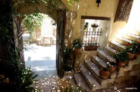 Старый венецианский дворик - один из входов в ресторан Alvi