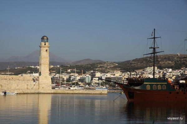 Маяк в Ретимно и туристический корабль Барбаросса в Венецианской гавани